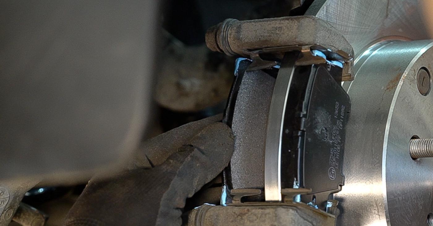 Så svårt är det att göra själv: Byt Bromsskivor på Toyota RAV4 III 2.0 4WD 2011 – ladda ned illustrerad guide